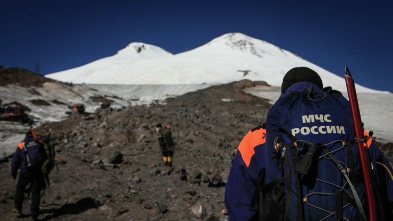 tela-treh-alpinistov-spustili-s-elbrusa-na-vysotu-5100-metrov-0a1d511